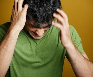 Гнойники на голове в волосах у мужчины